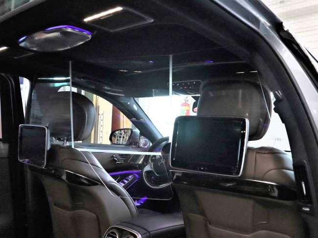 Bij het gebogen taxischerm kan de passagiersstoel voorin in de voorste stand staan terwijl de bestuurdersstoel verder naar achteren staat