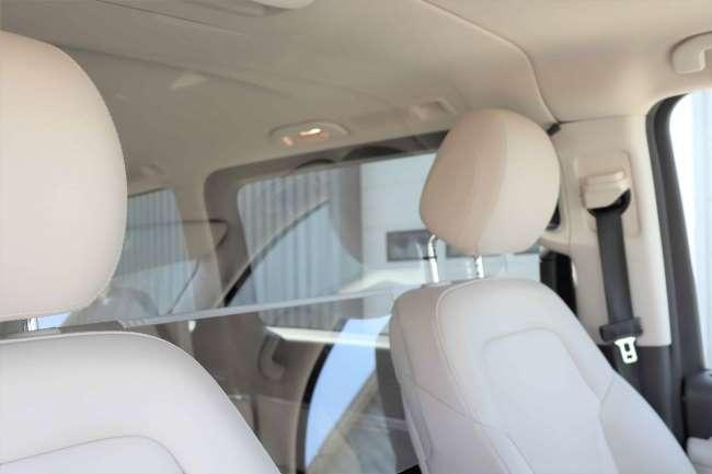 Taxischerm van veiligheidsglas zorgt er voor dat speekseldruppels niet van passagiers naar de chauffeur en omgekeerd kunnen gaan.