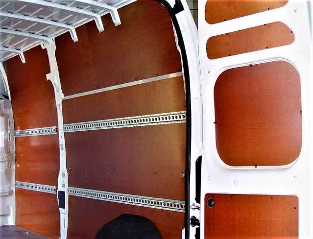 Betimmering van wanden en deuren met berkenmultiplex panelen